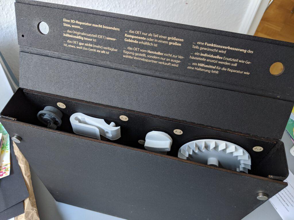 """Die aus Kraftplex gebaute """"RepairBox"""" lässt sich für den Transport zu einem Koffer zusammenklappen."""