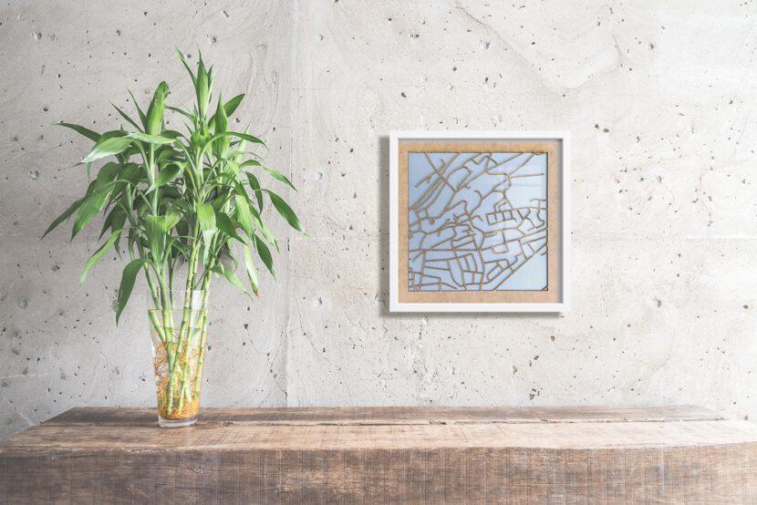 Eine Stadtkarte von StadtLandCut hängt an der Wand.